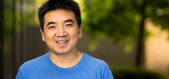 Retrato de Eric Yuan, parte de la lista de emprendedores exitosos