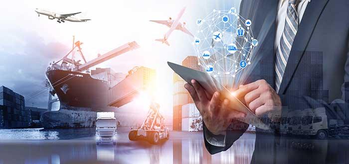 Empresario_maneja_en_tableta_empresa_transporte_suministros