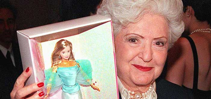 Retrato de Ruth Handler con una muñeca Barbie