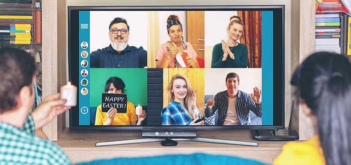 Personas_en_pantalla_televisión_dos_personas_mirando
