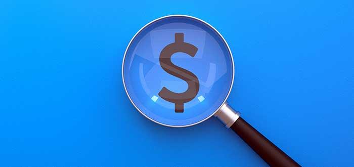 lupa sobre signo pesos sensibilidad al precio y a la fijación de precios