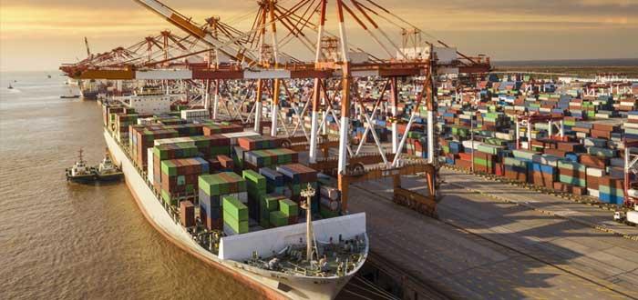 Un barco en la terminal de contenedores