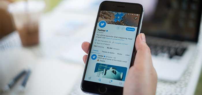 Persona_telefono_en_mano_pagina_twitter-buffer-ejemplo de producto mínimo viable