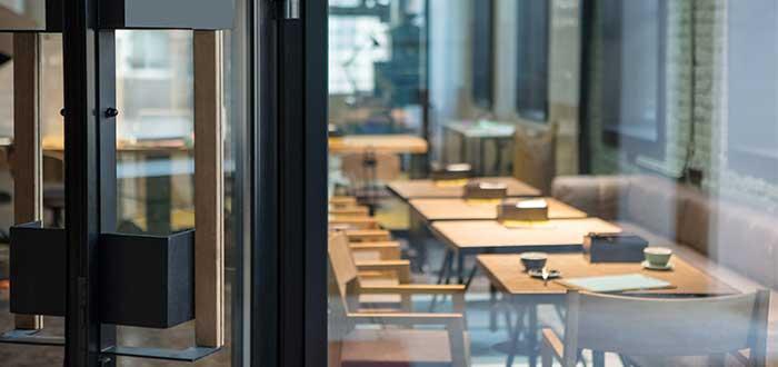 mesas_cafeteria_vacia_puerta