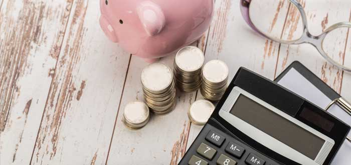Calculadora, bolígrafo, gafas, monedas y alcancía