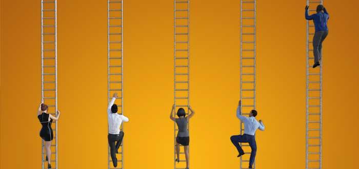 Cinco personas que suben las escaleras