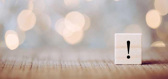 Cubo de madera con signo de admiración