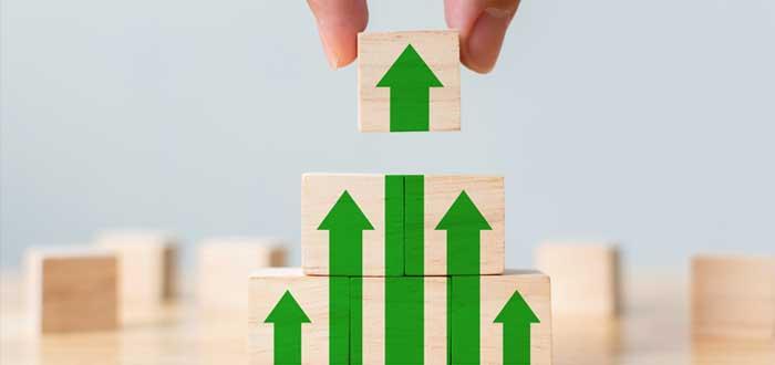Cubos de madera con flechas forman una pirámide ascendente
