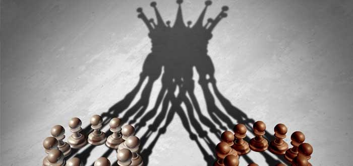Dos grupos de peones de ajedrez forman una corona