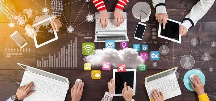 personas_trabajando_diferentes_plataformmas_modelos_negocios_disruptivos