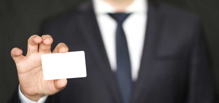 Un ejecutivo con una tarjeta de presentación en blanco