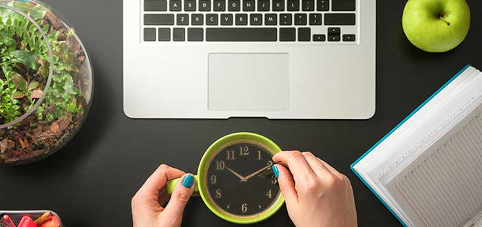 Computador_persona_cafe_con_reloj_adeontro_ley_parkinson_administracion_tiempo