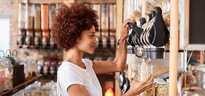 mujer_elije_producto_en_tienda_de_granos_sensibilidad al precio