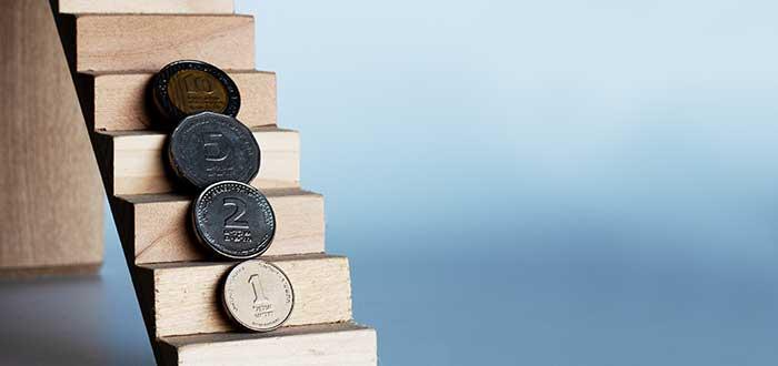 escalera con monedas de diferente denominación sensibilidad al precio