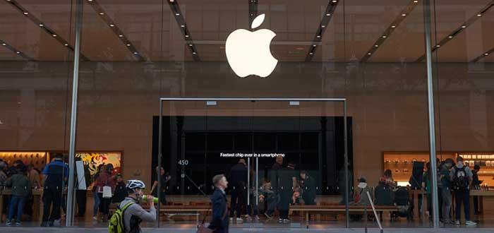 Fachada de edificio con logo de Apple y transeuntes