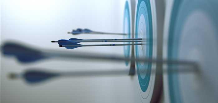 Flechas clavadas en el blanco de una diana