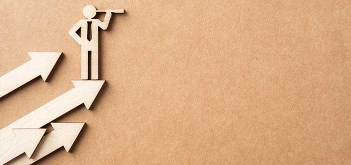 Flechas con figura de empresario de madera