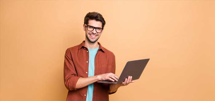 Hombre joven con laptop con mitos del emprendimiento