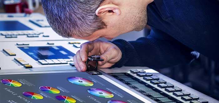 Un hombre observa el círculo cromático en máquina offset