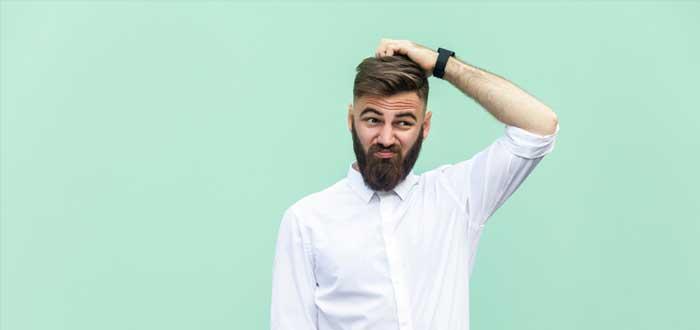 Hombre se rasca la cabeza por los mitos del emprendimiento