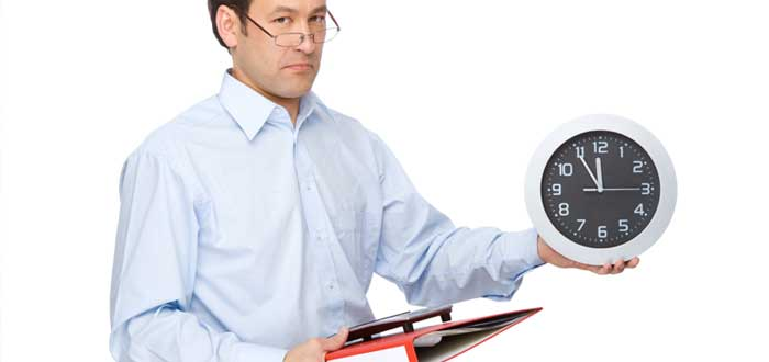 Hombre con reloj libro y folder en la mano para contabilizar regla de las 5 horas