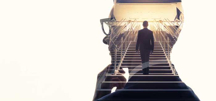 Hombre sube escaleras dentro de una silueta de cabeza