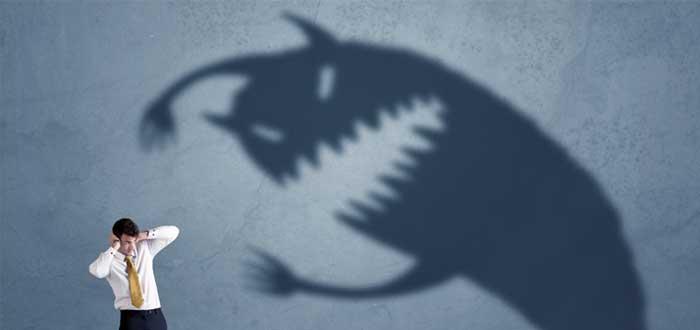 Hombre temeroso por una sombra en la pared