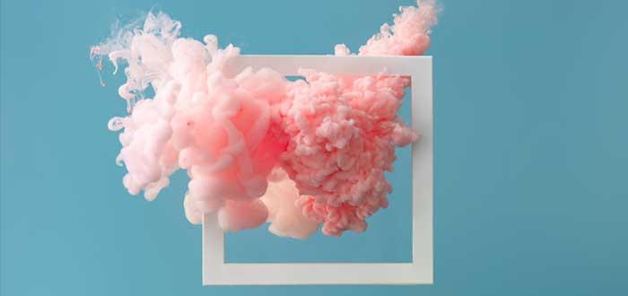Humo rosa atraviesa un cuadrado con los mitos del emprendimiento