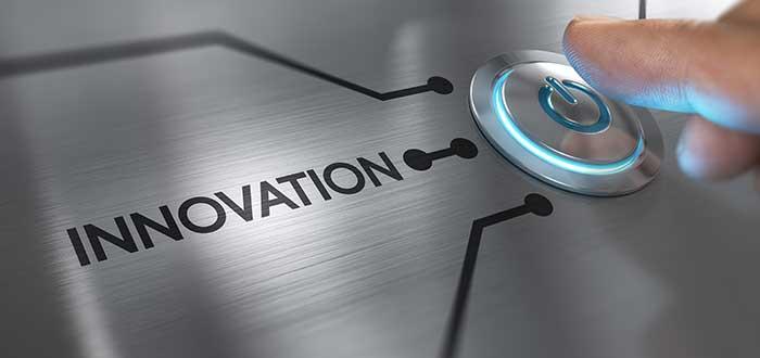 dedo_oprime_boton_de_innovacion