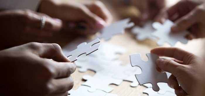 Personas_armando_rompe_cabezas_innovacion_tecnica