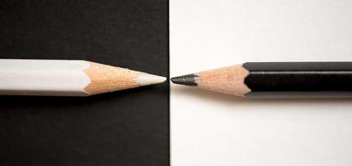 dos_lapices_uno_frente_a_otro_blanco_negro_innovación técnica