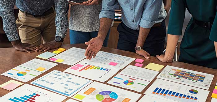 personas_frente_a_mesa_con_papeles_estadísticas