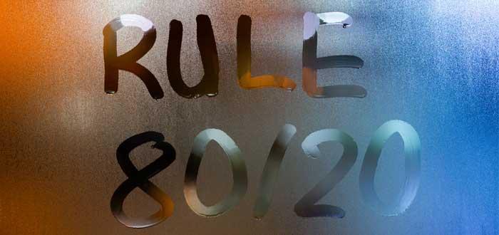 Letrero en ventana empañada que dice regla 80/20
