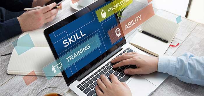 Persona_en_computador_habilidades_entrenamiento_capacidades_ley_parkinson_administracion_tiempo