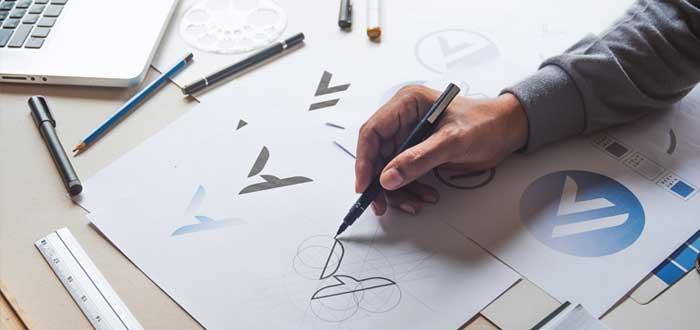 Una mano de hombre dibujas los elementos de identidad corporativa