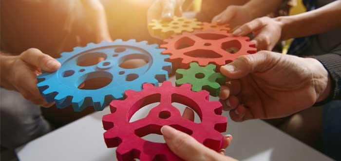 Manos conectan piezas de engranaje