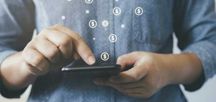 Manos de hombre con una calculadora y signos de dinero