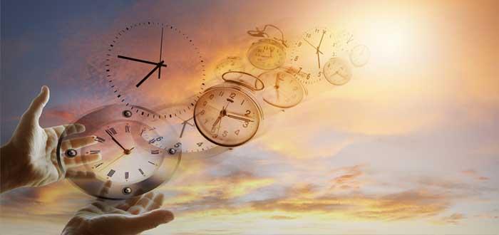 Manos de hombre con siluetas de relojes que vuelan al cielo