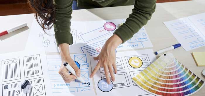 Manos de mujers sobre una mesa diseña imagen corporativa