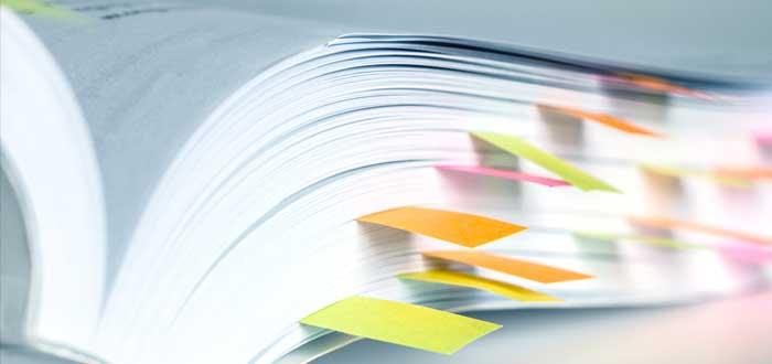 Manual de identidad corporativa con notas adhesivas