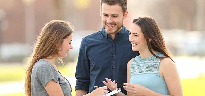 mujer encuesta a pareja al aire libre