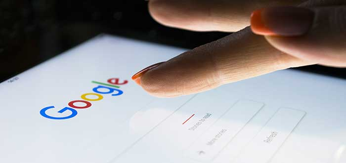 mujer_busca_en_google_tablet