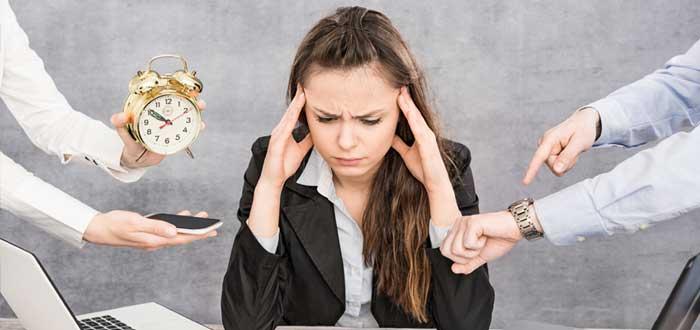 Mujer confundida con dos laptops tablet calculadora reloj celular y manos apremiantes