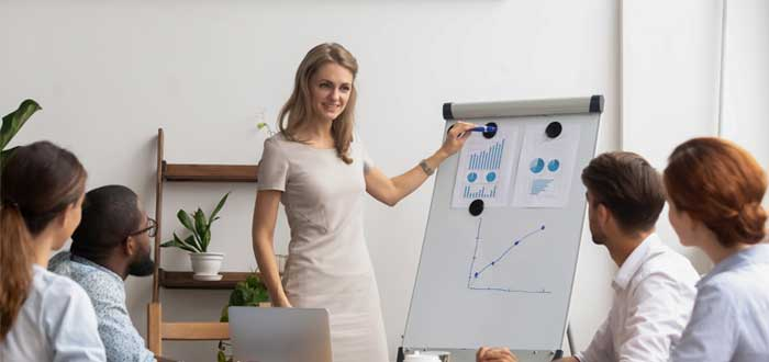 Una mujer presenta estrategias de crecimiento a su equipo de trabajo