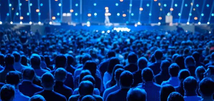 Multitud atiende a presentación de imagen corporativa