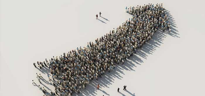 Una multitud forma una flecha que apunta hacia arriba