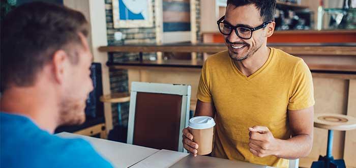Hombre_entrevista_a_hombre_sobre_cafe_producto_minimo_variable