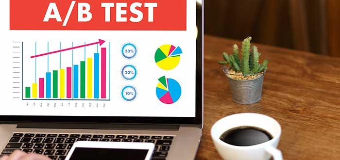 Persona_en_computador_hace_prueba_a_b-forma de probar un producto mínimo viable