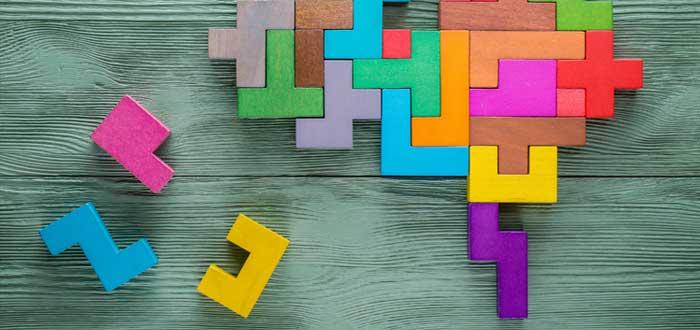 Puzzle de cerebro y piezas sin encajar