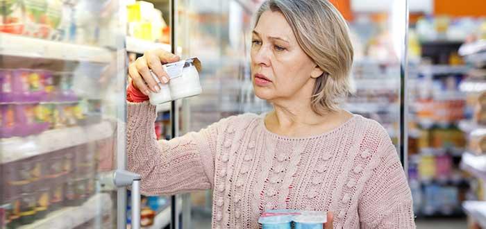 mujer compara precios entre productos de nevera sensibilidad al precio